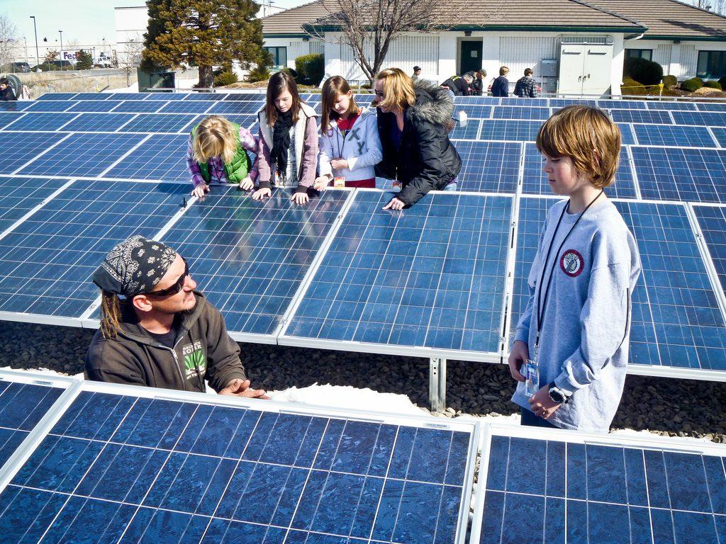 Kinder bei der Besichtigung eines Solarfeldes