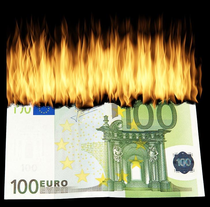 Bild eines brennenden Geldscheines